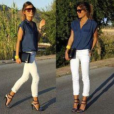 blusa azul marino, pantalon blanco, complementos amarillos