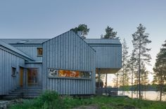 Villa Sunnanö is a wooden barn-like house designed by Murman Arkitekter. The Swedish villa on a north facing triangular promontory measures Cabinet D Architecture, Residential Architecture, Architecture Design, Metal Building Homes, Building A House, Villas, Lakeside View, Scandinavian Architecture, Journal Du Design