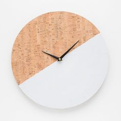 Make these simple diy wall clock out of cork paper and some paint. Full tutorial on the blog (In German).