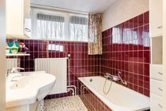 Een badkamer verbouwen kost al snel duizenden euro's, maar je kan ook je oude badkamer goedkoop opknappen zodat deze weer een tijdje meekan! Corner Bathtub, Home Deco, Small Bathroom, Toilet, Projects To Try, New Homes, Diy, School, Bathroom Interior Design