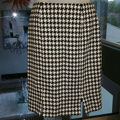 """Clifford and Willis Houndstooth printed skirt Classic black and white houndstooth skirt. Gently used. Fully lined. Size 6 60%polyester/35%wool/5%other This skirt is approximately 21.5"""" in length Skirts Midi"""