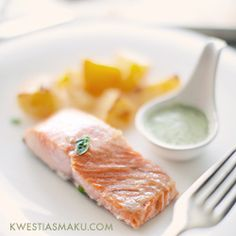 Łosoś z sosem bazyliowym i bardzo chrupiącymi ziemniakami Fish, Meat, Yum Yum, Foods, Drink, Wedding, Meals, Food Food, Valentines Day Weddings
