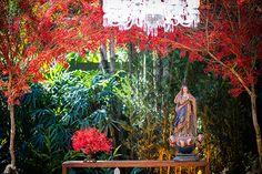 Decoração de casamento no jardim com cores vibrantes