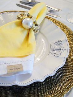 Mesa posta para Natal ou Reveillon - amarelo com dourado - by Michelle Mayrink www.mmayrink.com.br Table Settings, Blog, Kitchen Things, Table Scapes, Placemat, Napkin, Christmas Decor, Yellow, Good Ideas