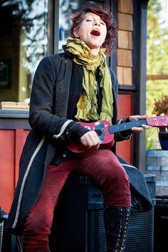 Amanda Palmer sings with ukulele