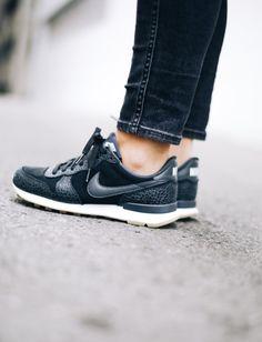 Déclinées en mode bi-matière carbone, les Nike Internationalist ne manquent pas d'allure ! (photo Happily Grey)