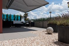 Villa privata in Mullheim / Evo 2/E / www.mirage.it / EVO_2/e is much more of a floor from outside, is a versatile system for designing your outdoor living. Resistant, easy to clean and removable, EVO_2/e è is porcelain stoneware in 20mm thickness available in several sizes, created by Mirage to combine aesthetics, functionality and healthiness of outdoor surfaces. #design #architecture #tile #ceramics #outdoor #modern #floor #evo2/e