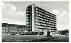 Bergpolder in Rotterdam, Zuid-Holland    Bergpolderflat aan de Abraham Kuyperlaan. Links, bebouwing aan de Dr. de Visserstraat en rechts de Borgesiusstraat. (datering: 1935, pbk 8057)