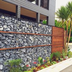 Fence Landscaping, Backyard Fences, Fence Wall Design, Outdoor Projects, Outdoor Decor, Gabion Wall, Fireplace Garden, Boundary Walls, Outdoor Restaurant