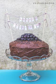 Nagymamám születésnapjára készült ez a torta. Fontos volt, hogy csokis legyen, mert ez a kedvence. Megbolondítottam egy kis áfonyával, de szerintem...