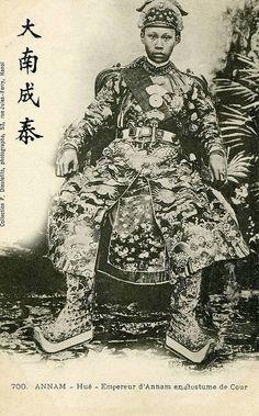 Empereur d'Annam en costume de cour    vua Thành Thái trong triều phục