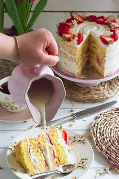Deliciosa y humeda tarta tres leches, con formato de capas, te encantará este toque humedo con sabor suave de fresas y nata.