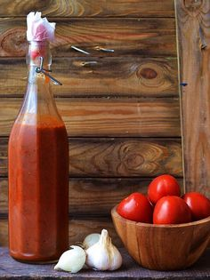 Heinz can pack up! Make ketchup easily yourself . Ketchup ganz leicht selber machen You no longer feel like finished products from the supermarket that are bursting with artificial flavors and colors and preservatives … - Chutneys, Homemade Tomato Ketchup, Kenwood Cooking, Sauce Barbecue, Bbq Sauces, Good Food, Yummy Food, Diy Food, Hot Sauce Bottles