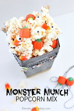 ► Halloween Monster Munch Popcorn Mix Recipe: popcorn, white chocolate chips, candy corn, mallow pumpkins and colored sprinkles. Halloween Popcorn, Halloween Party Favors, Halloween Treats, Monster Munch, Monster Movie, Popcorn Mix, Popcorn Favors, Fall Treats, Holiday Treats