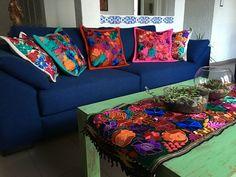Sala estilo mexicano con cojines chiapanecos