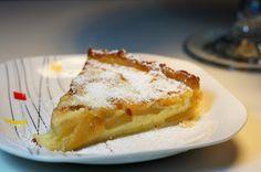 Ingredientes: 1 rolo de massa folhada  (ou quebrada)   3 maçãs 2 c. ( sopa ) de manteiga 1 chávena ( chá ) de açúcar   300 ml de leite ...