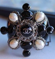 100% AUTHENTIC CUFF/MANCHETTE CHANEL PEARL BLACK AND WHITE - VERY BEAUTIFUL