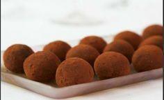 Εύκολα τρουφάκια σοκολάτας με επικάλυψη κακάου με 3 μόνο υλικά. Μια γευστική εύκολη σοκολατένια λύση στο ψυγείο μας για τους καλεσμένους μας Πηγή