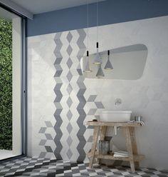 salle-bains-moderne-carrelage-bleu-pâle-motifs-géométriques-suspensions-modernes-meuble-vasque-bois-rustique
