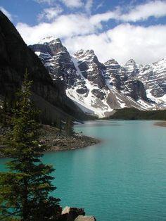 Lago Moraine, Canadá.   A região das Rochosas canadenses tem algumas das mais belas paisagens da América do Norte. Com águas cristalinas que refletem as árvores e as montanhas e um céu azul intenso, o Lago Moraine, no Parque Nacional de Banff, perto da cidade de Alberta, reúne muitas belezas naturais em um só cartão postal Foto: Karl Strieby/stock.xchng / Divulgação