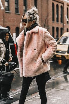 Street Style New York Fashion Week, febrero 2017 Diego Anciano - Winter Mode Stil New York Outfits, Fashion Mode, Fashion 2018, Look Fashion, Street Fashion, 90s Fashion, Latest Fashion, Fashion Week Nyc, Catwalk Fashion