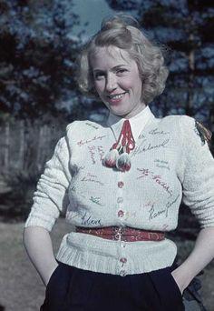 1941. Blond kvinna med ljus stickad tröja.