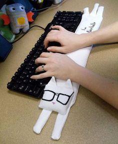 Gatito de tela relleno de arroz para usar como reposamuñecas. Descubre lo cómodo que puede ser este invento para cuando escribes en el ordenador