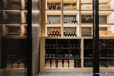 Wein-Gestell aus schwarzem Stahl und Holz.  Fehlt Ihnen in ihrem Weinkeller das richtige Gestell für Kisten und Weinflaschen zu lagern. Wir bieten Ihnen Lösungen nach Ihren Vorstellungen.  Unser Weingestell wird mit natürlichen Materialien hergestellt und wirkt auf jeden Besucher genau so ansprechend wie der Wein der darin gelagert wird. Wine Rack, Storage, Design, Furniture, Home Decor, Glass Building, Wine Bottles, Wine Cellars, Crates