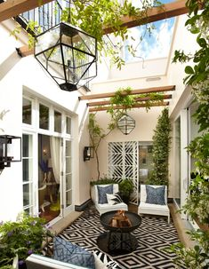 A tucked away garden in London is trending today on Houzz via Helen Green Des...