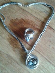 Kette und Ring mit blauen und grauen Perlen