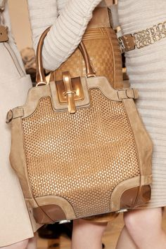 Fashion runway: love this beautiful style by Gianfranco Ferre Fall, beige/latte bag Designer Leather Handbags, Black Leather Handbags, Designer Bags, Leather Bags, Leather Skirt, Beautiful Handbags, Beautiful Bags, Look Fashion, Fashion Bags
