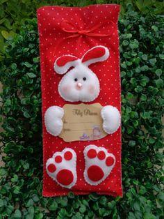 Saquinho para barra de chocolate .... Felt Crafts, Easter Crafts, Diy Crafts, Christmas Decorations, Christmas Ornaments, Holiday Decor, Shabby Chic Christmas, Diy Flowers, Happy Easter