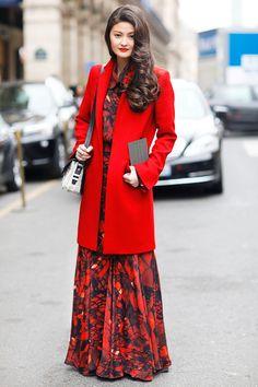 Abrigos cortos o midis de todos los estiloque dejan ver faldas largas hasta  los pies 22faac7e5976