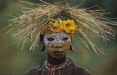 Quem nasce nas tribos Surma ou Mursi é um designer por natureza – e da natureza. Os moradores destas tribos, que se expandem pela Etiópia, Quênia e Sudão do Sul, parecem ter dominado a técnica de criar acessórios utilizando apenas elementos naturais, como folhas, flores e galhos.