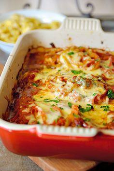 Bereiden: Verwarm de oven voor op 200°C. Bestrooi de kipfilets met wat zout en peper. Verhit de olie en boter en bak de kipfilets kort aan. Leg ze hierna in een ovenschaal en bak in dezelfde pan de uien tot ze zacht zijn. Verdeel de uien over de kipfilets. Bak daarna de paprika ringen even aan verdeel ook deze over de kipfilets.