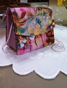 Bolsa Infantil em tecido com Floral de boa qualidade, Feita pela técnica Cartonagem. Com Opções de detalhes em Laço,coração metálico ou coroinha