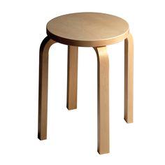 Alvar Aallon suunnittelema jakkara on yksi huonekalumuotoilun ikoneista. Vuonna 1933 ensi kertaa esitelty Aallon pinottava jakkara oli sensaatio aikansa muotoilumaailmassa.