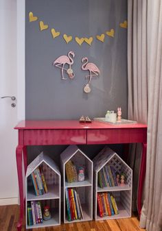 Quarto da Cecília tem @amomooui! Mamãe arquiteta @isabelafigueiro uniu o clássico ao moderno quando optou por usar roupa de cama na estampa Cruz Preta da MOOUI num berço provençal.  E arrasou!  Parede em 2 tons, cinza e rosa, deu um charme especial junto com a poltrona de lã.   #mooui #decoração #quartodemenina #quartodebebe #arquitetura #roupadecama #colori