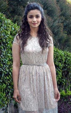 Alia Bhatt Indian film actress Alia Bhatt is born on 15 March works in Bollywood industry. Indian Bollywood Actress, Beautiful Bollywood Actress, Bollywood Fashion, Indian Actresses, Alia Bhatt Hairstyles, Saree Hairstyles, Hairstyles Haircuts, Trendy Hairstyles, Indian Celebrities