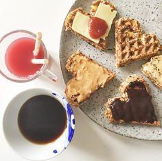 vaffel hjerter til morgenmad med kaffe og juice. Serveret på Royal Copenhagen og Broste porcelæn / keramik