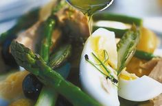 33 things to make with a tin of tuna Easy Tuna Pasta Bake, Broccoli Pasta Bake, Pesto Pasta, Tinned Tuna Recipes, Tuna Fish Cakes, Tuna Nicoise Salad, Italian Tuna, Fancy Salads, Red Pesto