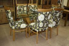 Conjunto de jantar, mesa com base em madeira e tampo de vidro. Cadeiras estofadas e extremamente confortáveis.