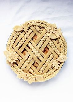 Decorative pie crust via /kingarthurflour/