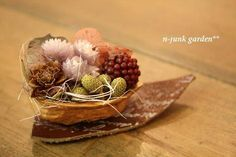 Dried flowers in a walnut shell. Walnut Shell, Art Floral, Wicker Baskets, Dried Flowers, Place Card Holders, Gardening, Crafts, Stick Pins, Sauces