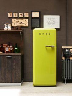 """FRIGORIFERI ANNI '50, SMEG. Un inconfondibile design """"industrial"""" caratterizza la linea Anni '50 di Smeg. Elettrodomestici dalla spiccata personalità caratterizzanti da forme arrotondate, colori sgargianti e prestazioni eccellenti come il frigorifero monoporta verde lime in classe energetica A++."""