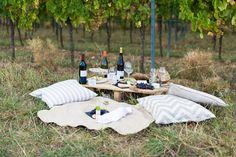 2 Fräuleins mit einem Anhänger voller Möbel, Wein, Dekoration und diesmal auch leckerem Essen kurven durch die Weinreben in der Südpfalz. Rangieren, dekorieren, variieren, pausieren und – endlich – fotografieren eine kleine Szenerie. Sie fotografieren den Herbst für die Hochzeit ohne Kürbisse, Sonnenblumen und bunte Weinranken.  Bei unserer kleinenDekorationsidee dominiert diesmal stattdessen weiß und …