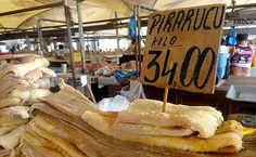 Pirarucu, um dos maiores peixes de água doce. Mercado de Ver-o-peso, em Belém. Pará, Brasil.