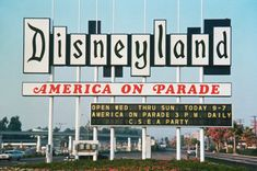 Vintage Stuff This is what the entrance sign to Disneyland looked like in Crazy! - This is what the entrance sign to Disneyland looked like in Crazy! Disneyland Sign, Vintage Disneyland, Disneyland Resort, Disneyland History, Original Disneyland, Disneyland California, Retro Disney, Disney Love, Anos 60