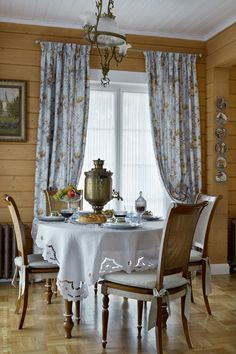 The atmosphere of the Russian manor in a wooden house Classic Interior, French Interior, Modern Interior, Interior Design, Cedar Homes, Home Comforts, French Cottage, Cool Chairs, Cozy House