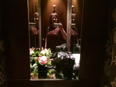 Dark colors and mirrors with a bright accent - highlighted with beaming light